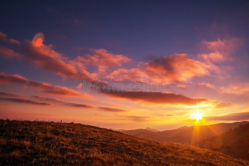 Zonsondergang in bergen royalty-vrije stock afbeelding