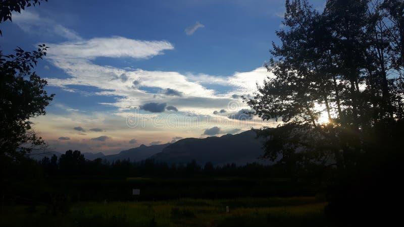 Zonsondergang in bergen stock afbeeldingen