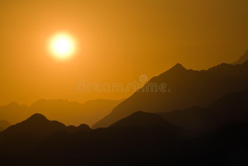 Zonsondergang in bergwoestijn royalty-vrije stock afbeeldingen