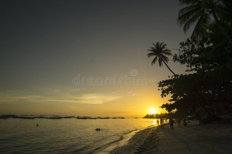 Zonsondergang bij Alona-strand in Panglao-eiland, Filippijnen royalty-vrije stock afbeeldingen