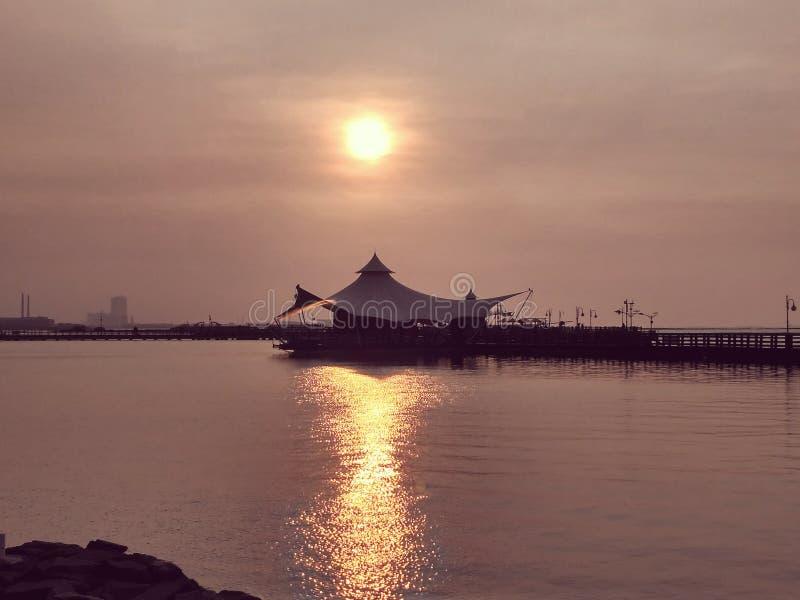 Zonsondergang bij Ancol-strand royalty-vrije stock fotografie
