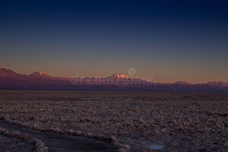 Zonsondergang bij atacamawoestijn en weg stock afbeelding