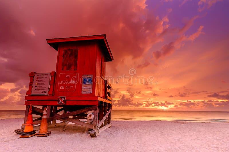 Zonsondergang bij badmeesterpost in Clearwater Florida stock afbeeldingen