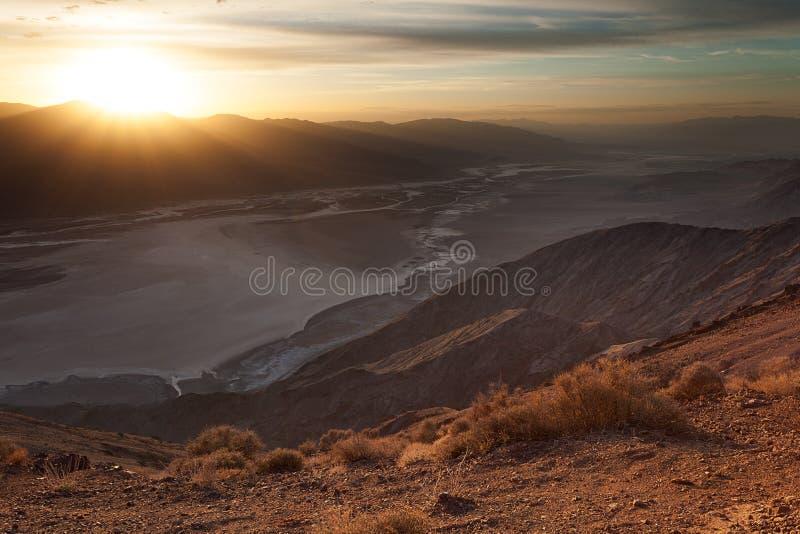 Zonsondergang bij Badwater-Bassin, Doodsvallei royalty-vrije stock foto
