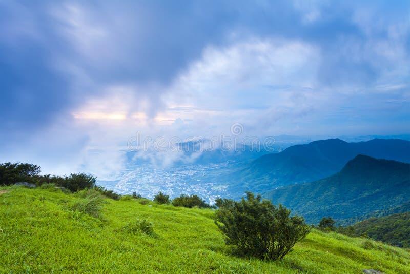Zonsondergang bij berglandschap in Hong Kong royalty-vrije stock foto