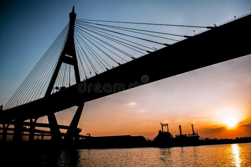 Zonsondergang bij bhumibolbrug stock foto's
