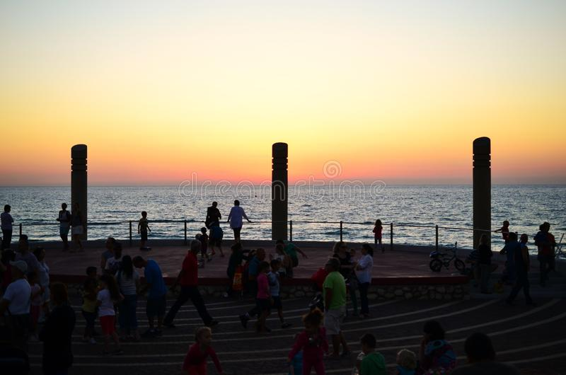 Zonsondergang bij Carmel-strand, Hof Dado, pijlers en vierkant, de stad van Haifa, van de binnenstad, Israël stock foto's