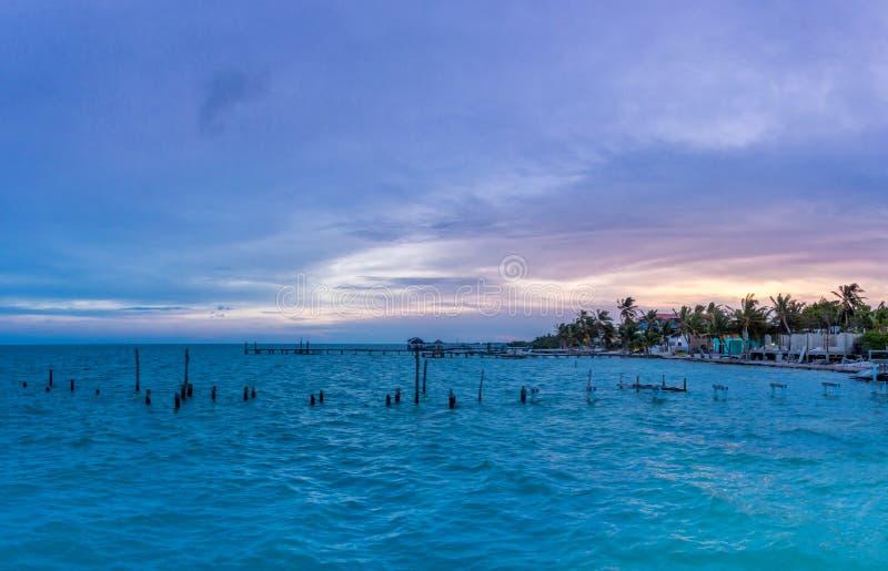 Zonsondergang bij Caye-Breeuwijzer - Belize royalty-vrije stock afbeeldingen
