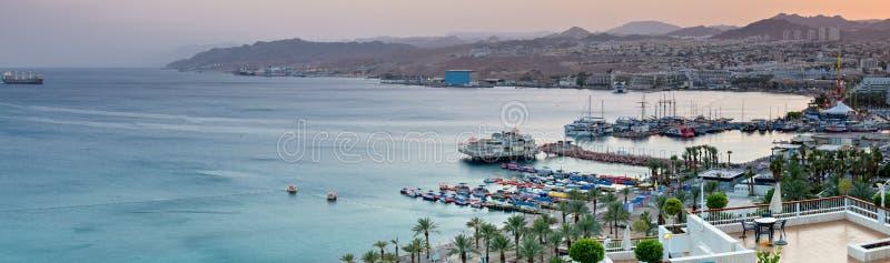 Zonsondergang bij centraal strand van Eilat stock fotografie
