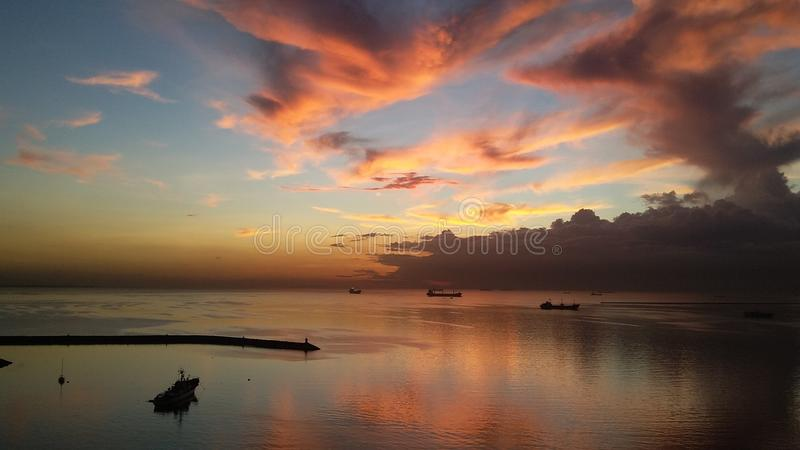 Zonsondergang bij de Baai van Manilla stock foto's