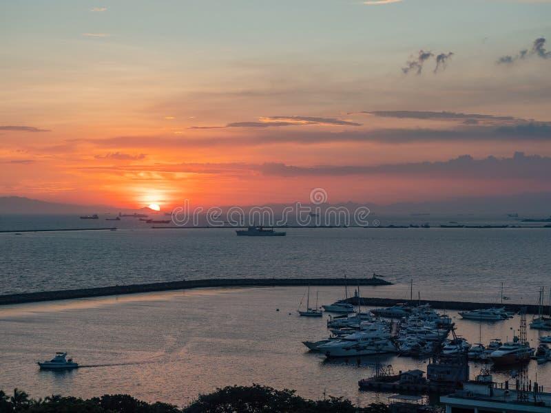 Zonsondergang bij de Baai van Manilla stock afbeeldingen