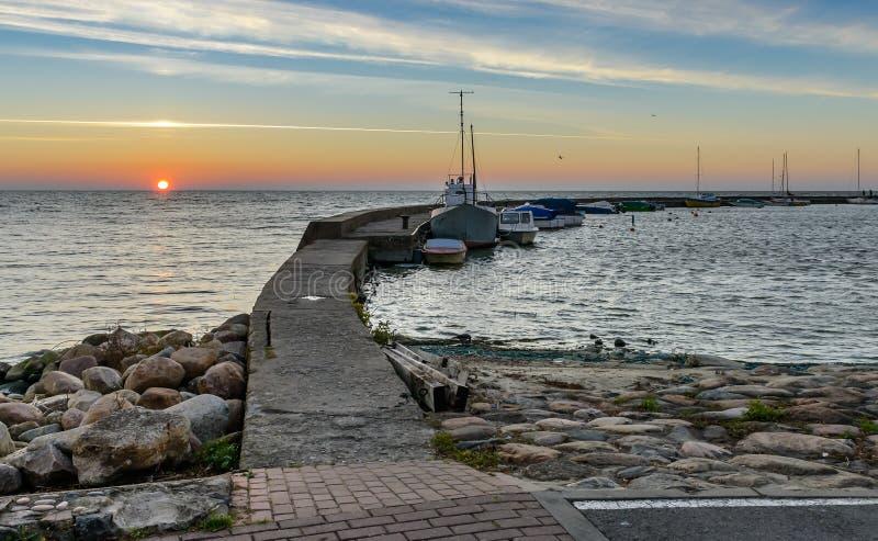 Zonsondergang bij de Baltische baai in Nida royalty-vrije stock fotografie