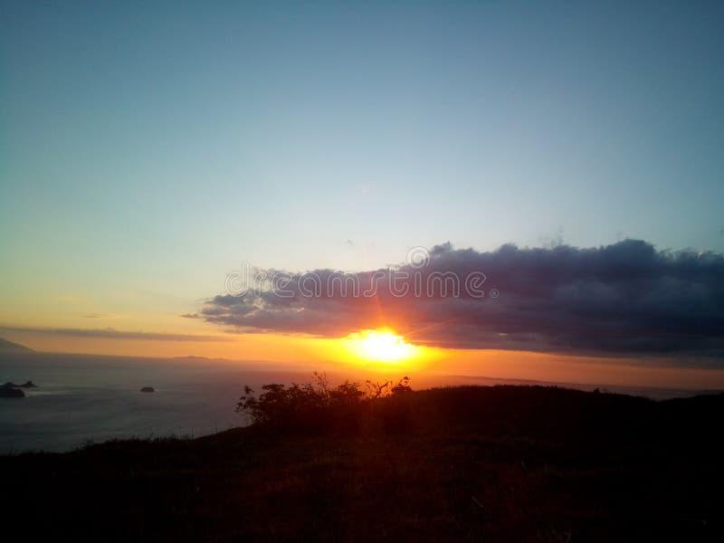 Zonsondergang bij de bergmening stock foto