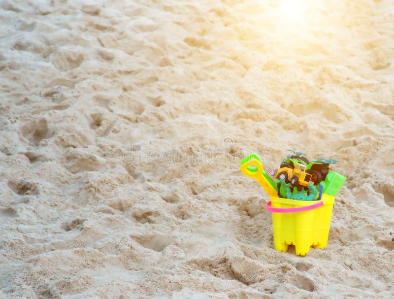 Zonsondergang bij de bouw van het het strandzandkasteel van de speelgoeduitrusting royalty-vrije stock afbeelding
