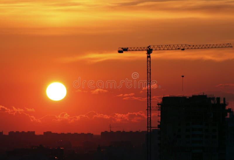 Zonsondergang bij de bouwwerf van de stad stock afbeelding