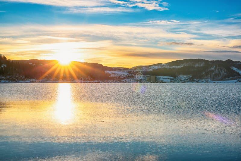 Zonsondergang bij de fjord van Trondheim stock foto