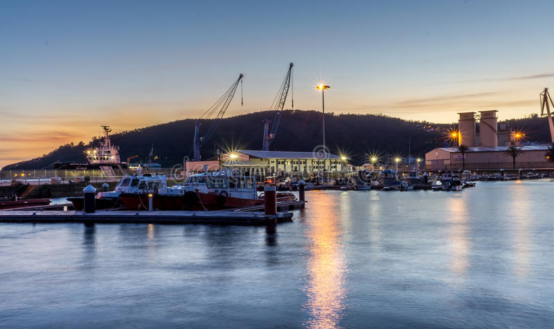 Zonsondergang bij de haven stock afbeeldingen
