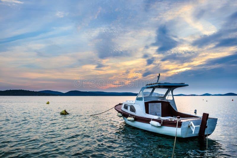 Zonsondergang bij de Kroatische kust stock afbeeldingen