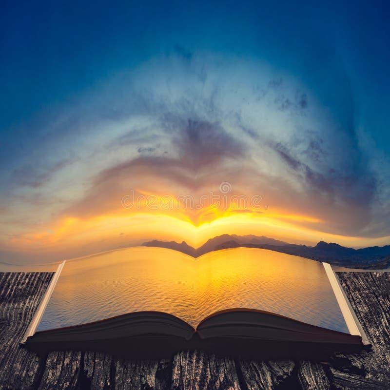 Zonsondergang bij de kust op de pagina's van een open boek royalty-vrije stock afbeelding