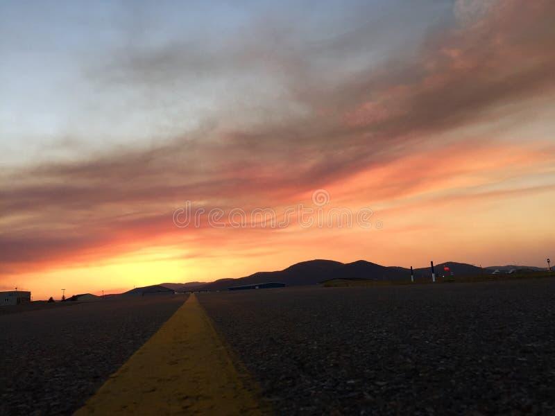 Zonsondergang bij de luchthaven royalty-vrije stock foto's