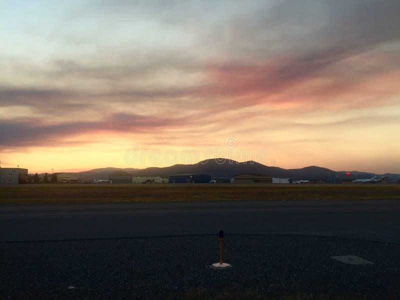 Zonsondergang bij de luchthaven royalty-vrije stock afbeeldingen