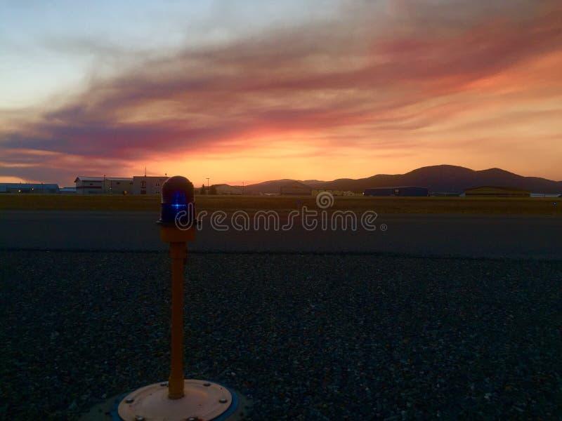 Zonsondergang bij de luchthaven stock afbeeldingen