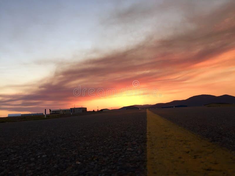 Zonsondergang bij de luchthaven royalty-vrije stock foto