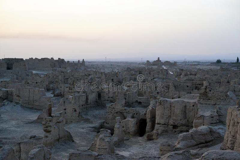 Zonsondergang bij de Oude Ruïnes van Jiaohe, Turpan, China royalty-vrije stock foto