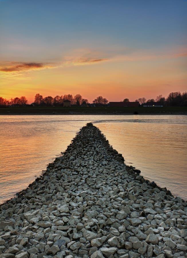 Zonsondergang bij de rivier van Rijn, Wörth, Duitsland stock afbeeldingen