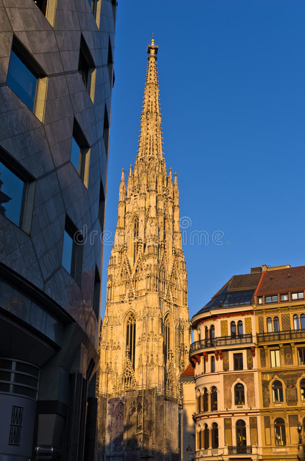 Zonsondergang bij de stad in van Wenen, detail van Haas-Huis en de kathedraal van Heilige Stephan op achtergrond royalty-vrije stock afbeelding