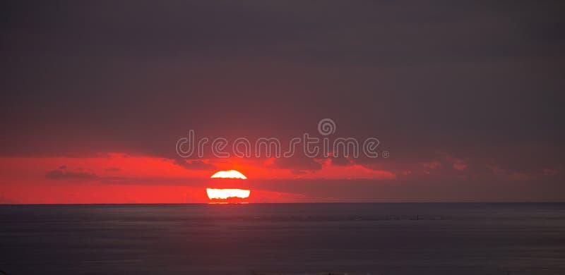 Zonsondergang bij de Vreedzame Oceaan stock foto's