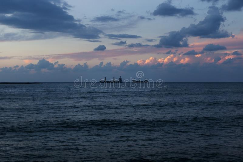Zonsondergang bij de zeekust van Sidon, Saida, Libanon royalty-vrije stock afbeelding
