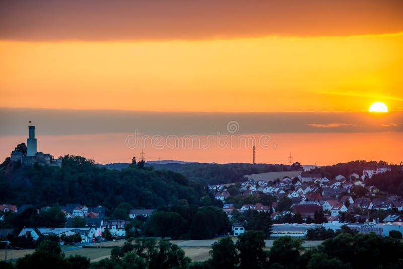 Zonsondergang bij een aardig Duits dorp stock foto's