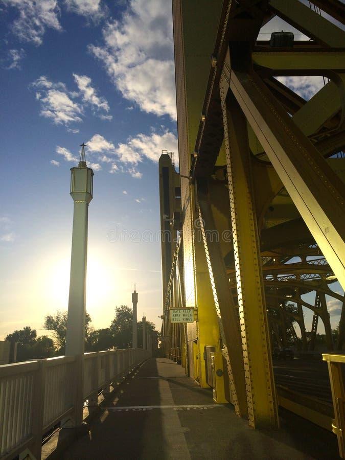 Zonsondergang bij een brug royalty-vrije stock foto