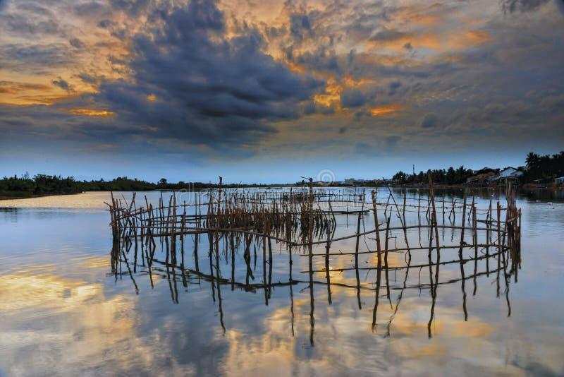 Zonsondergang bij een rivier stock foto's