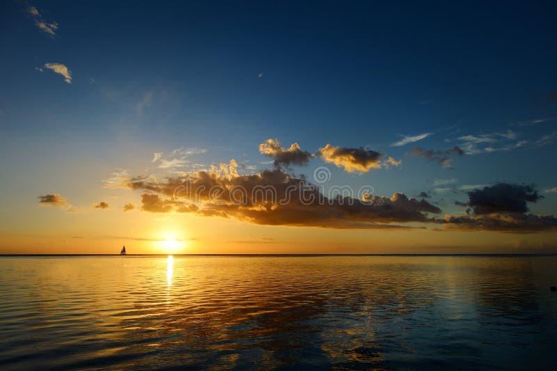 Zonsondergang bij een tropisch strand stock fotografie