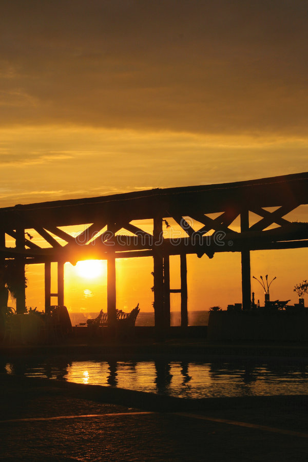 Zonsondergang bij een vakantietoevlucht stock fotografie