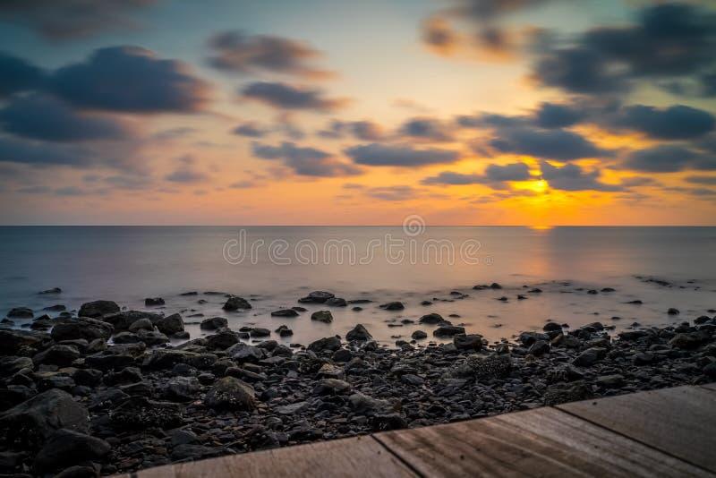 Zonsondergang bij Eenzaam Strand, Koh Chang, Thailand stock fotografie