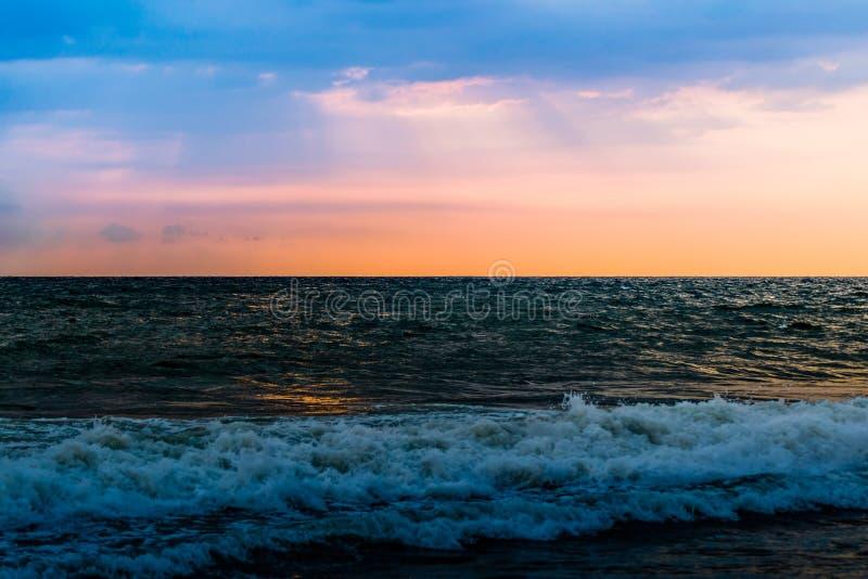 Zonsondergang bij Goa-Strand stock afbeelding