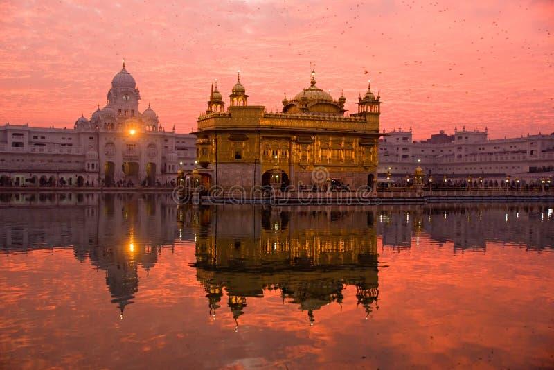 Zonsondergang bij Gouden Tempel. royalty-vrije stock fotografie