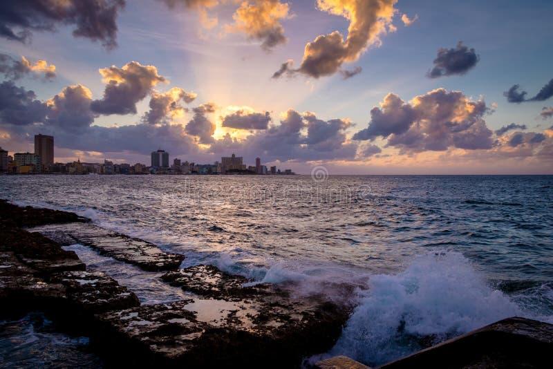 Zonsondergang bij Gr Malecon - Havana, Cuba royalty-vrije stock foto's