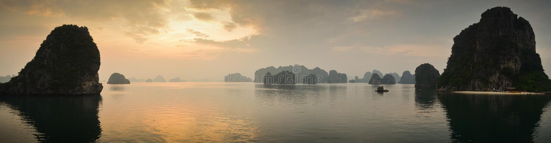 Zonsondergang bij Halong-baai stock foto