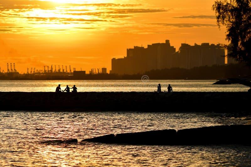 Zonsondergang bij havenvoorzijde stock foto