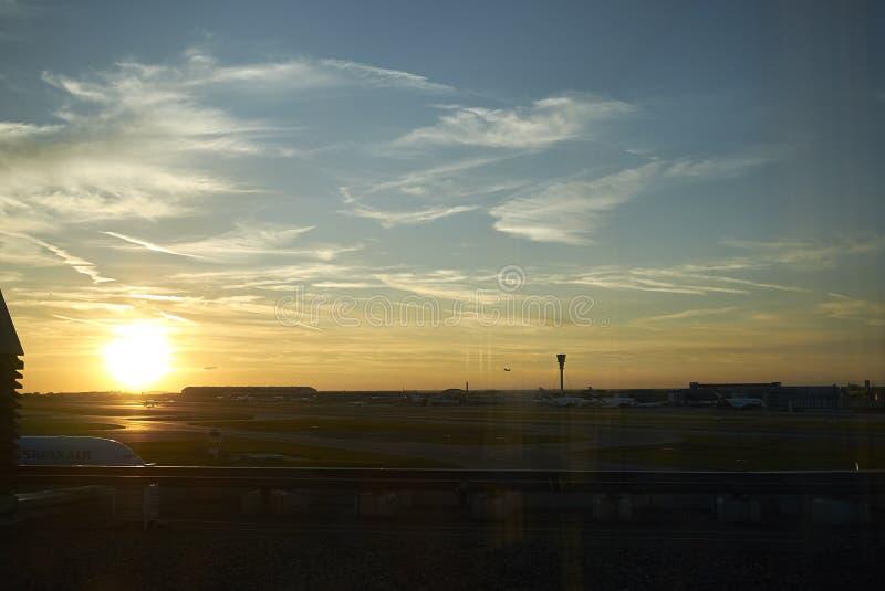 Zonsondergang bij Heatrow-luchthaven royalty-vrije stock afbeelding