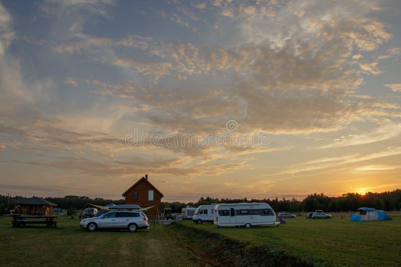 Zonsondergang bij het het kamperen Caravanpark, dat dicht bij Tallinn wordt gevestigd stock afbeeldingen