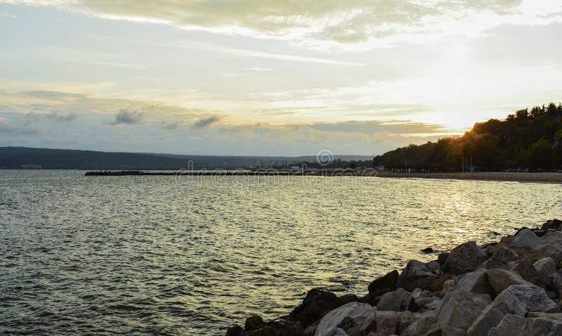 Zonsondergang bij het meer van Varna dichtbij de stad van Varna royalty-vrije stock afbeeldingen