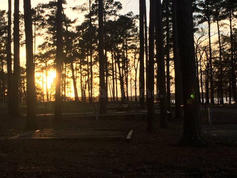 Zonsondergang bij het ontspannen kampeerterrein stock foto's