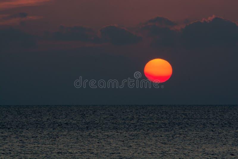 Zonsondergang bij het overzees stock afbeelding