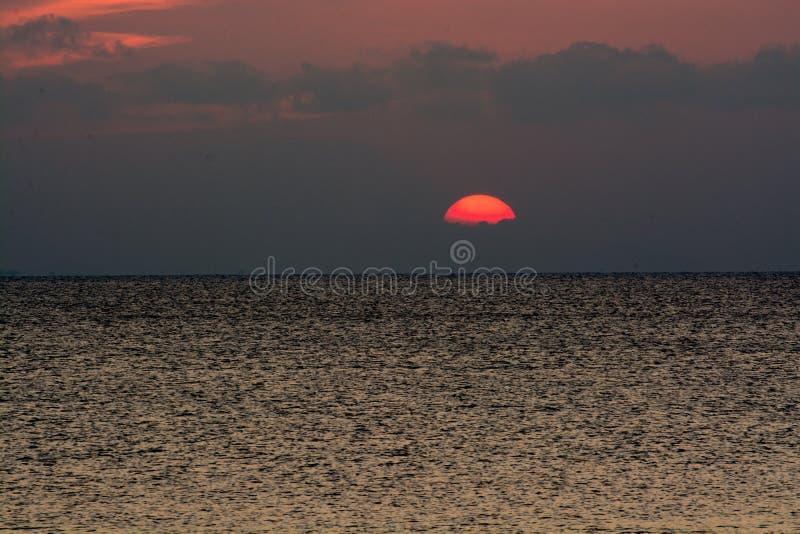 Zonsondergang bij het overzees stock afbeeldingen