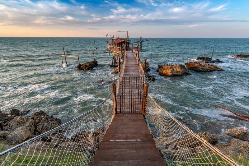 Zonsondergang bij het overzees - Costa-deitrabocchi royalty-vrije stock foto's